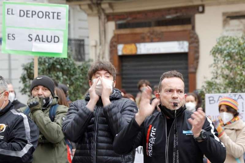 Varias personas protestan ante el palau de la Generalitat bajo el lema