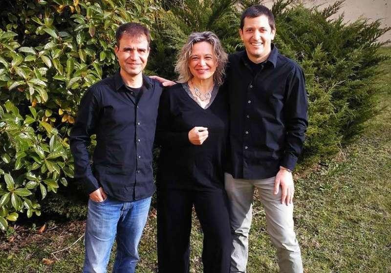 El trío musical formado por Sophia Hase, Marc Oliú y Amat Santacana. / EPDA