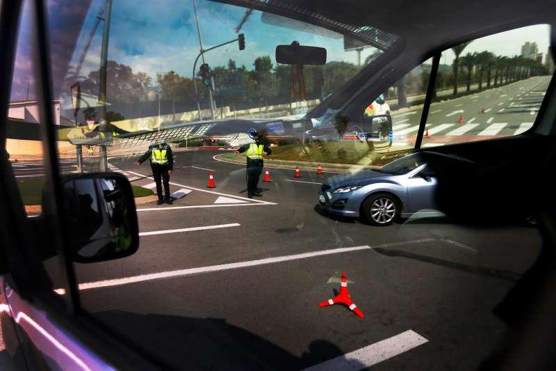 La Policía Nacional controla el acceso a Benidorm.