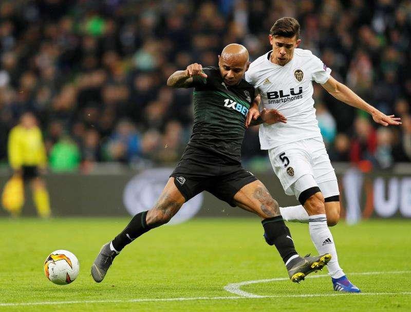 El defensa brasileño del Valencia Gabriel (d) disputa un balón con el delantero brasileño del Krasnodar Ari . EFE