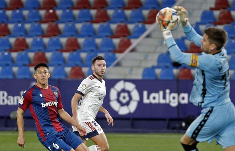 El portero del Levante UD Aitor Fernández ataja un balón ante la mirada de su compañero Óscar Duarte