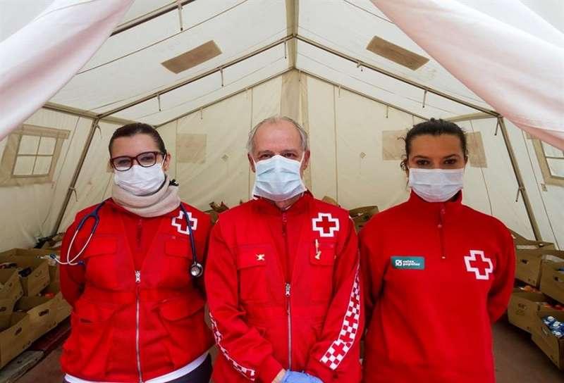 Tres voluntarios de Cruz Roja. EFE