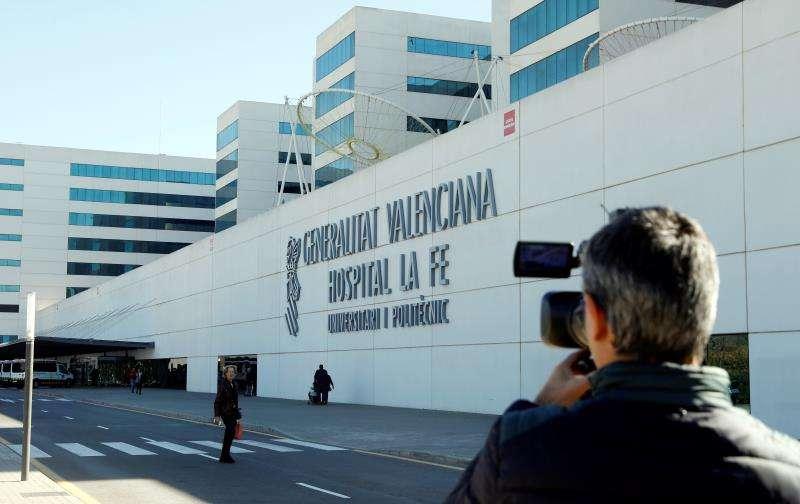 Un periodista toma imágenes del exterior del hospital La Fe en una imagen de archivo. EFE