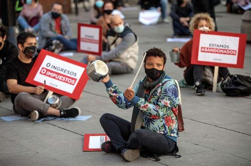 La Coordinadora Empresarial del Ocio y la Hostelería de la Comunitat Valenciana durante una concentración de protesta.