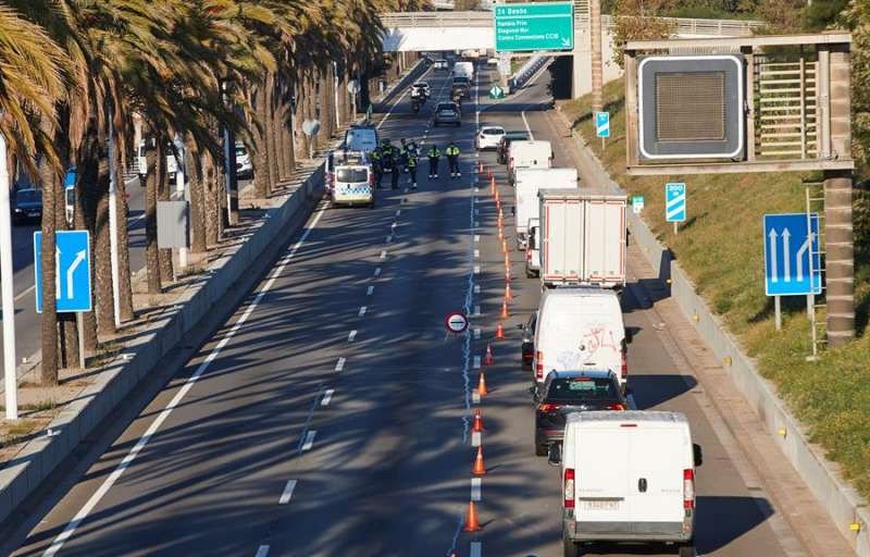 Control de movilidad de la Guardia Urbana en la Ronda Litoral de Barcelona este viernes. EFE/Alejandro García