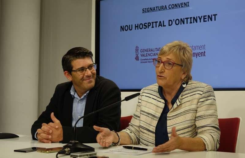 El alcalde de Ontinyent con la consellera de Sanidad. EPDA