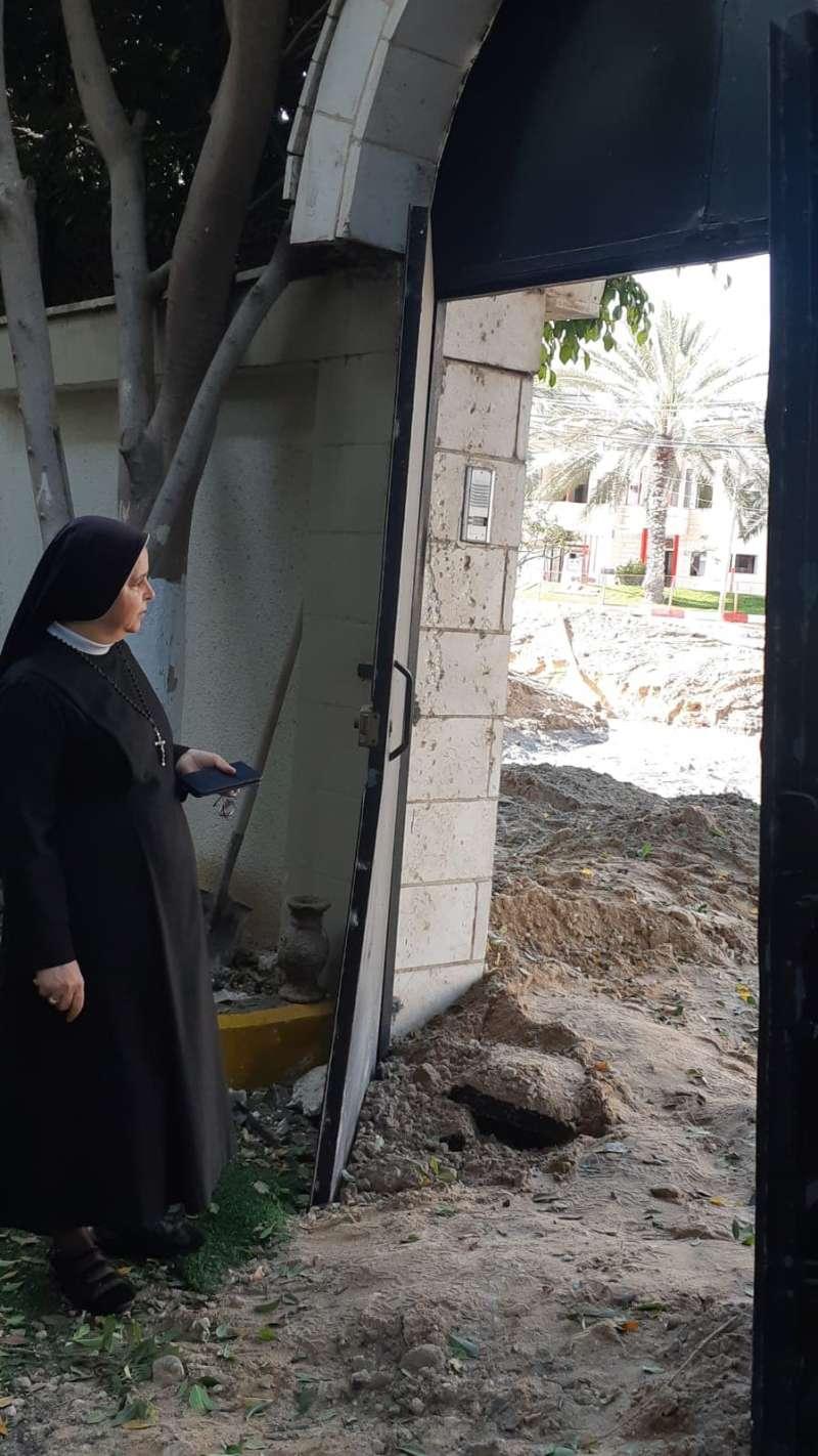 Una religiosa mirando la destrucción. Fotografía enviada desde Gaza