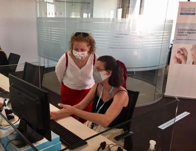 La diputada Pilar Sarrión visita el centro de teleasistencia. EPDA