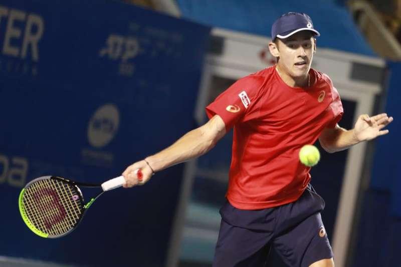 El australiano Alex De Minaur devuelve una pelota este lunes al Serbio Miomir Kecmanovic, durante un partido del Abierto Mexicano de Tenis. EFE