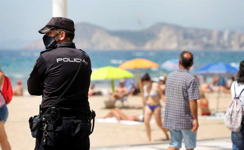 Un agente de Policía ejerce labores de vigilancia en una playa de Benidorm.