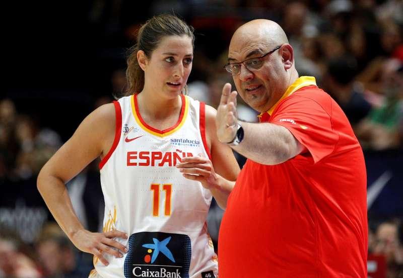 El seleccionador de la selección femenina de baloncesto de España Lucas Mondelo (d) da instrucciones a Leo Rodriguez, durante el Torneo de Valencia, preparatorio para el Mundial.