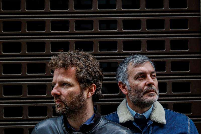 El vocalista de La habitación Roja Jorge Martí (d), y el guitarrista Pau Roca. EFE/Archivo