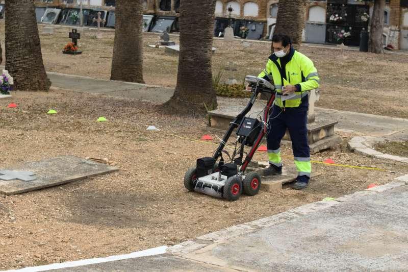 El georradar trabajando en el cementerio. / EPDA