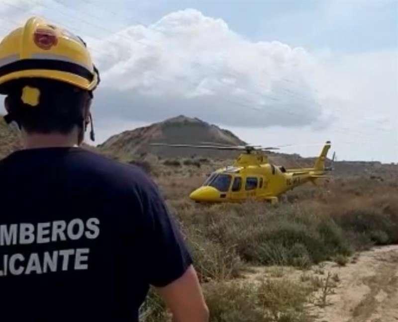 Momento del rescate, en una imagen facilitada por el Consorcio de Bomberos de Alicante.