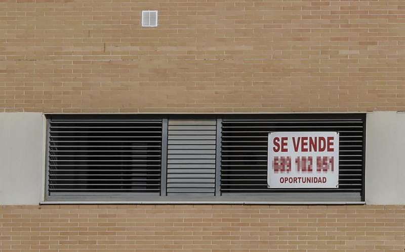 Un cartel anuncia la venta de una vivienda. EFE/Jose Manuel Vidal/Archivo