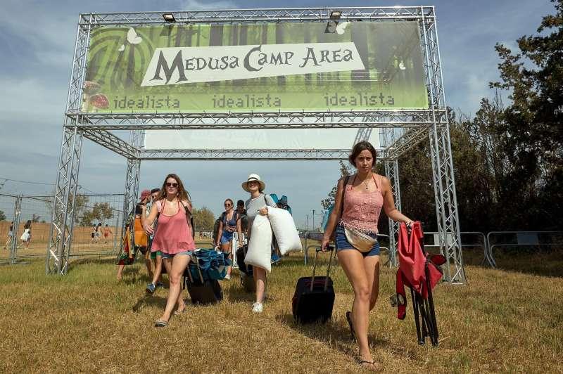 Un grupo de jóvenes a su llegada a la zona de acampada de Medusa Sunbeach Festival de Cullera (Valencia) en 2019. EFE