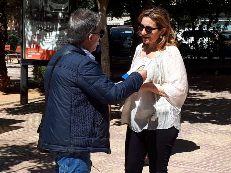 María Villajos conversa con un ciudadano en Paterna. EPDA