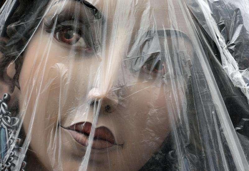 Un ninot protegido con plásticos por si llueve. EFE/Archivo