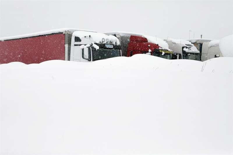 Camiones aparcados en la carretera A-23 dirección Barracas (Castellón). EFE