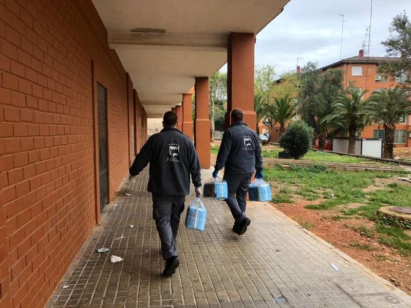 Personal de la empresa publica del Ayuntamiento entregando paquetes de pañales. EPDA