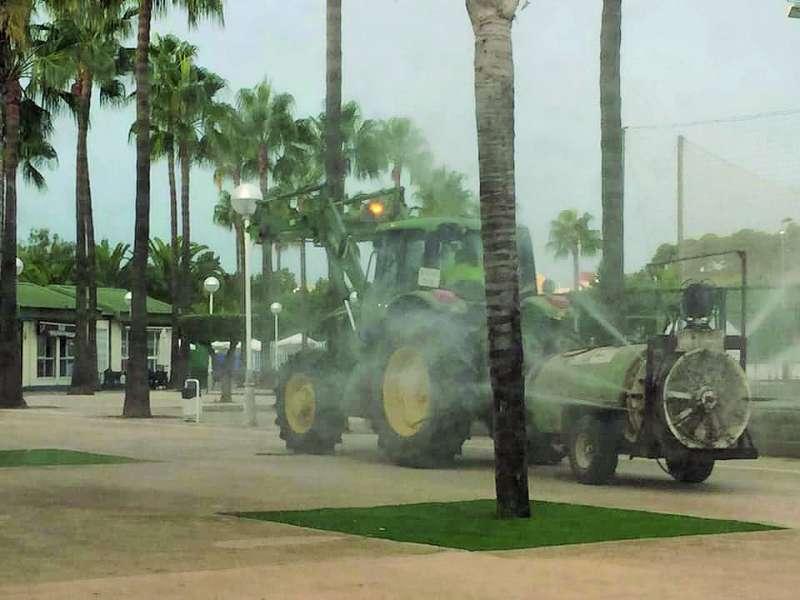 Un tractor fumiga zonas de jardines del municipio del Puig para combatir la presencia de los insectos. / epda