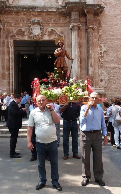Ciudadanos de Massamagrell llevan el Santo. FOTO: EPDA.