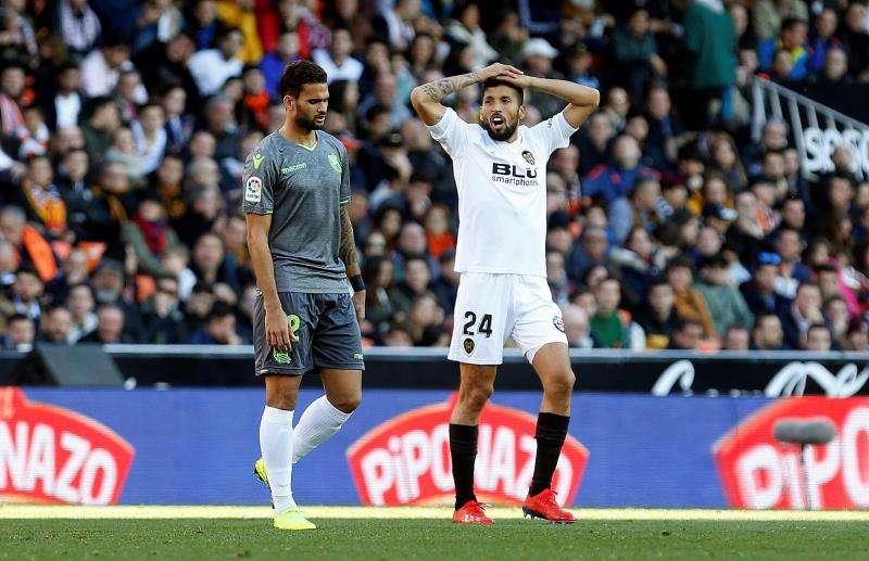 Ezequiel Garay durante el partido de Liga ante la Real Sociedad. EFE