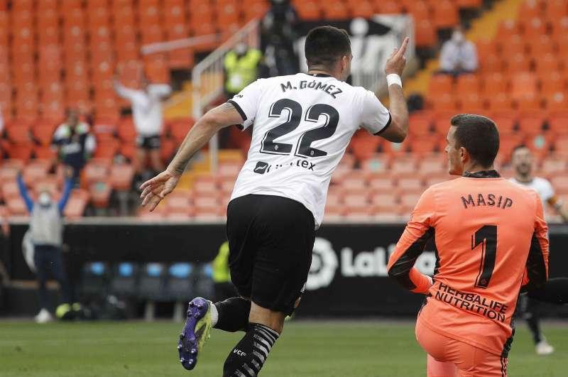 El delantero uruguayo del Valencia CF Maxi Gómez (c) celebra tras marcar el 2-0 ante el Real Valladolid.