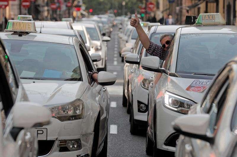 Protesta de un grupo de taxistas para exigir regulación de las VTC. EFE/Archivo