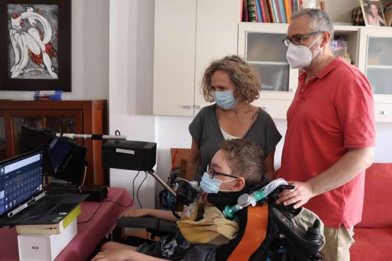 Miguel con sus padres en Albal. EPDA