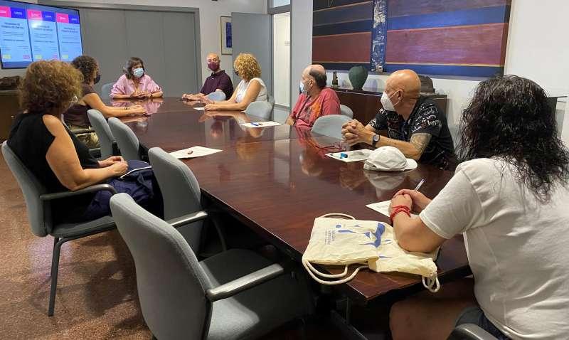 La alcaldesa de Quart de Poblet, Carmen Martínez, acompañada por el concejal de Promoción Económica, Comercio y Empleo, Ángel Lorente, ha dado la bienvenida al grupo de personas que entran a formar parte de la plantilla municipal. EPDA