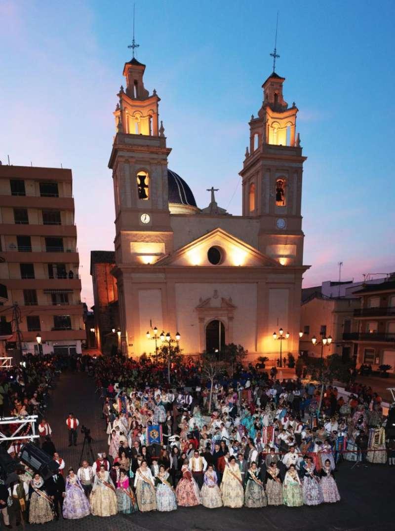 Comisiones falleras en la Plaza del Ayuntamiento de Riba-roja. / EPDA