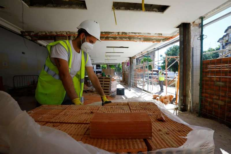 Un trabajador de la sección de la construcción supervisa material. EFE/Salas/Archivo