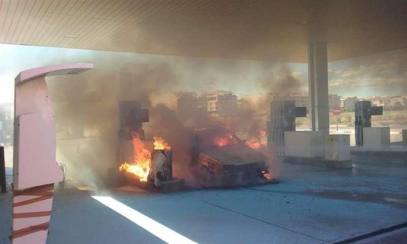 Un turismo se ha incendiado este sábado en una gasolinera de la Pobla de Vallbona. EFE/Consorcio de Bomberos