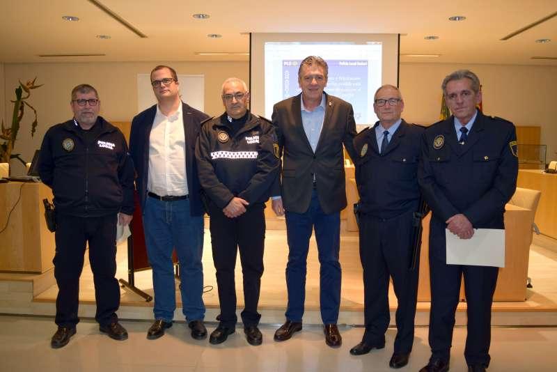 El alcalde amb el regidor Joan Baixaulí entregant els reconeiximents als policíes