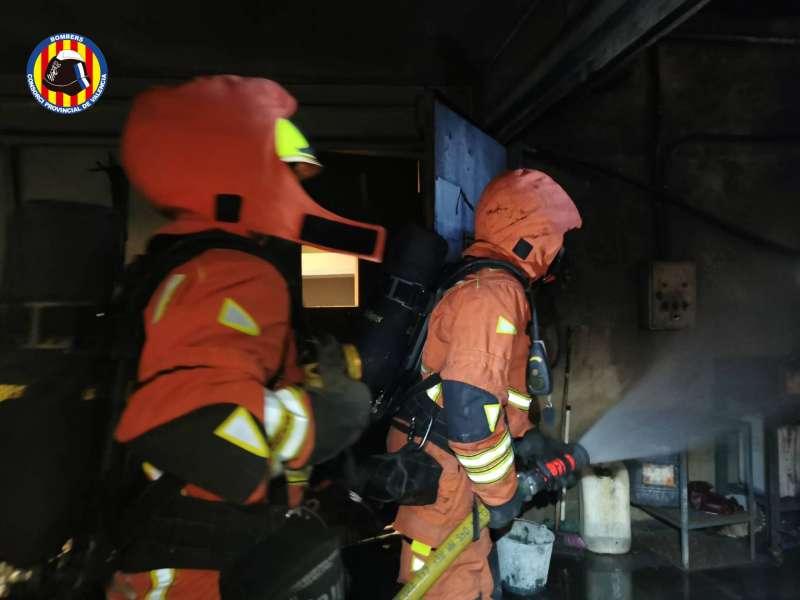 Los bomberos sofocan el incendio