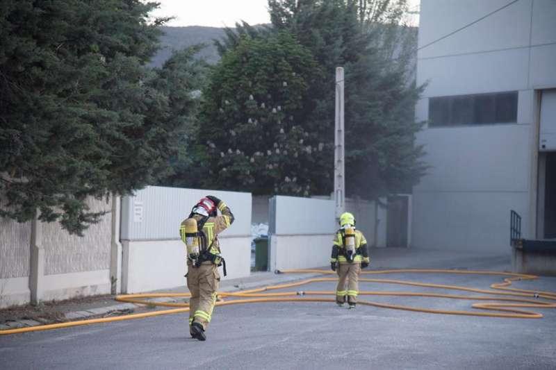 El incendio afecta a las naves industriales ubicadas en el polígono Camí del Pla. EFE