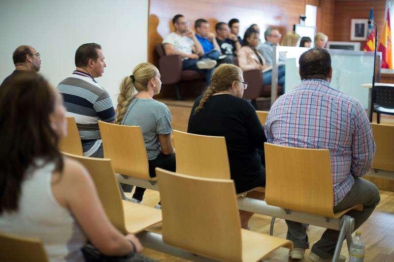 Varios de los acusados en el banquillo durante la primera sesión del juicio. EFE/Archivo