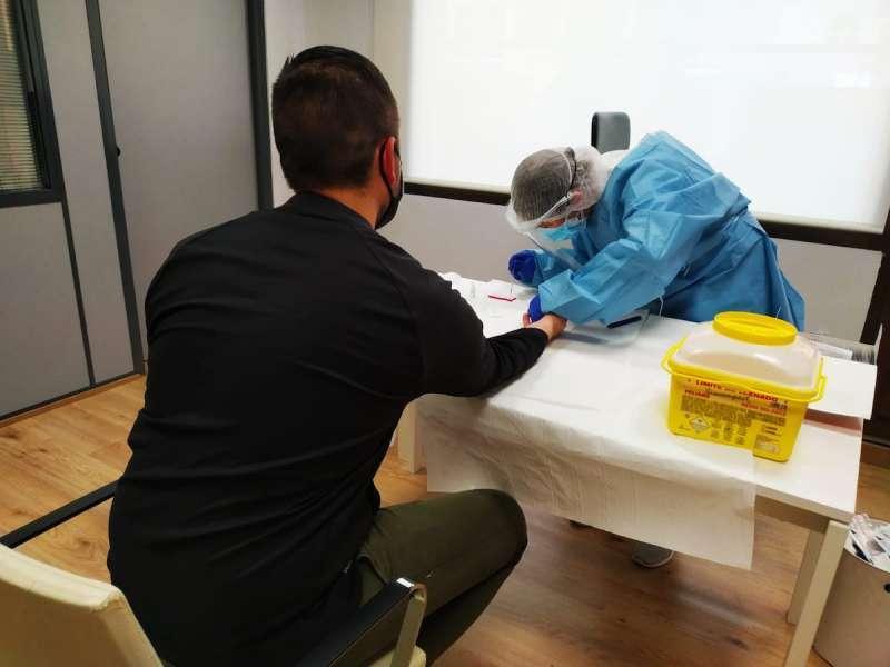 Un sanitario realizando una prueba a un paciente. / EPDA