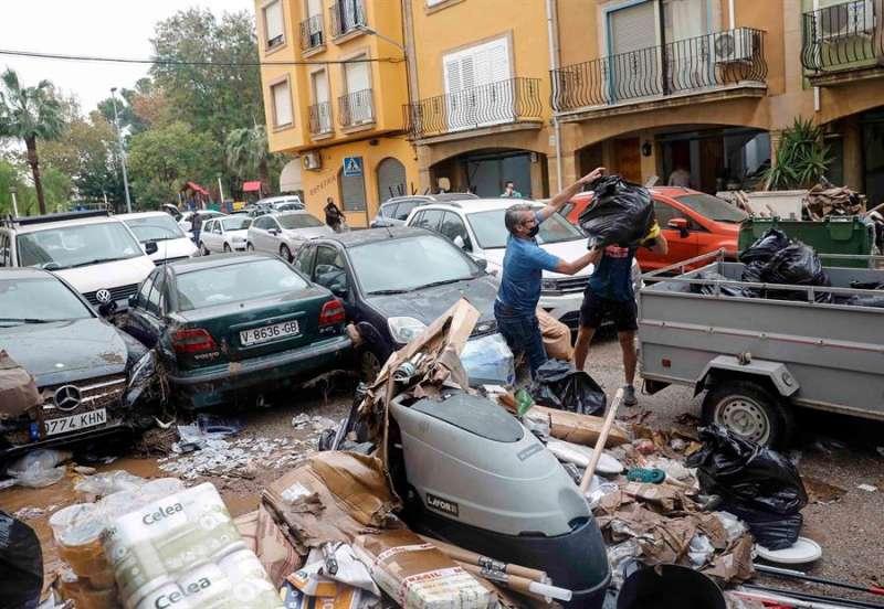 Vecinos de la población valenciana de Benifaió limpian sus casas tras el fuerte temporal que azotó ayer la zona dejando registros de mas de 400 litros por metro cuadrado.EFE/Ana Escobar