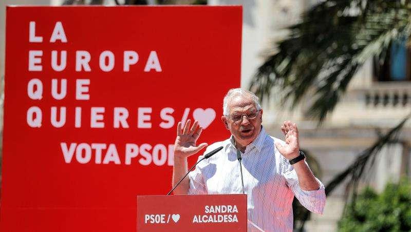 El cabeza de lista del PSOE a las elecciones europeas, Josep Borrell, en el mitin de este domingo en València. EFE
