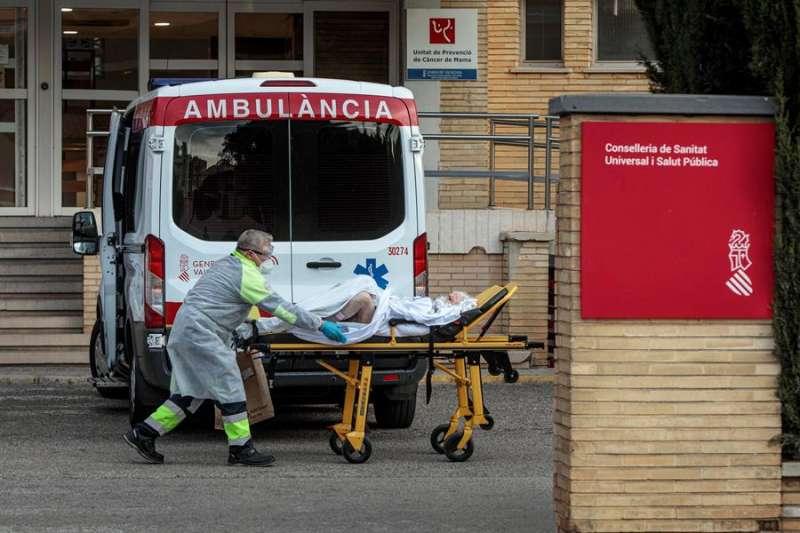 Un sanitario traslada a una paciente al antiguo Hospital La Fe de Valencia. EFE/Archivo