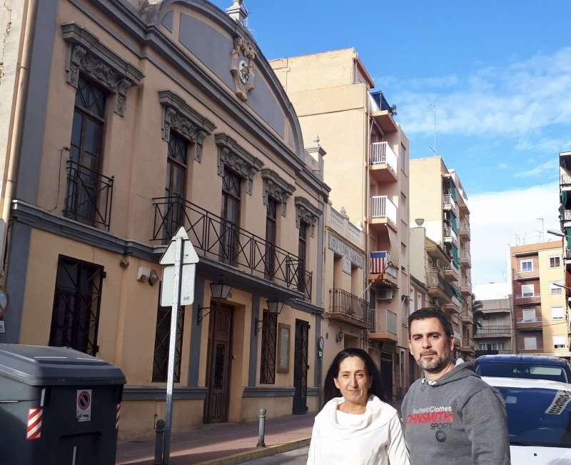 Los ediles de Ciudadanos, ante el teatro. EPDA