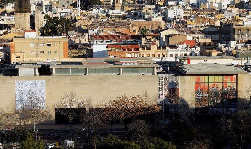 Fachada exterior de IVAM con la ciudad de València al fondo. EFE