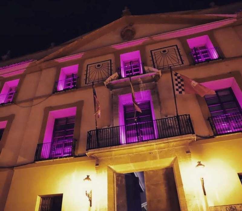 El ayuntamiento de Paterna se ilumina de morado por el 8M. EPDA