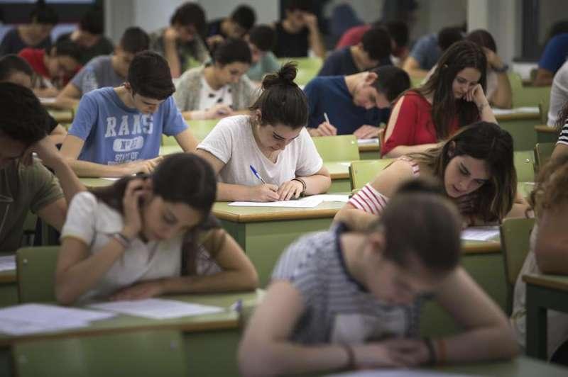 Varios estudiantes durante las pruebas de acceso a la universidad en una de las aulas habilitadas en la Universidad Politécnica de Valencia en 2017. EFE