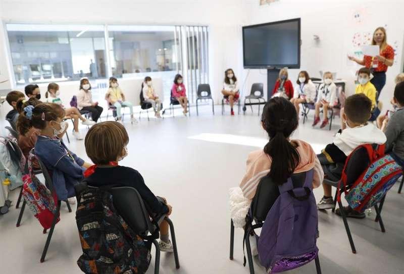 Varios niños en su alula este lunes en el colegio Aldapeta María Ikastetxea San Sebastián. EFE