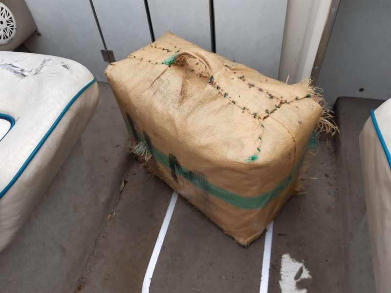 Una imagen del fardo de hachís encontrado en el mar, facilitada por la Guardia Civil. EFE