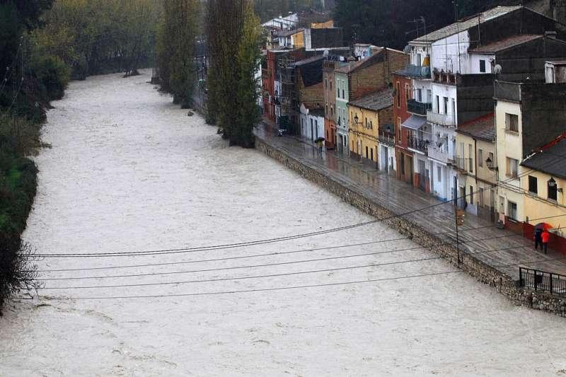 Vista del río Clariano a su paso por Ontinyent (Valencia) tras un temporal de lluvia y viento.