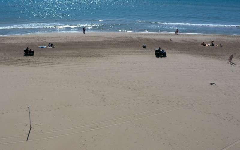 Dos quads en la playa de Canet. Archivo EPDA